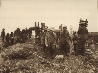 Soldats canadiens transportant du mat�riel de tranch�e, vers 1918