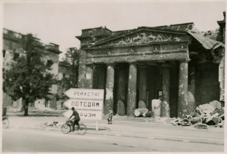 An eloquent photo taken after the war: the memorial to German victims of the First World War in Berlin, damaged by Allied bombing. July 1945.